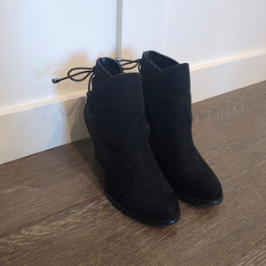 Cute Dirty Laundry Booties (size 6)